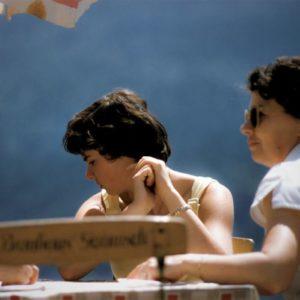 des femmes de plusieurs générations assises à table