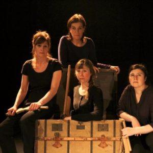 4 conteuses sur scène autour d'un coffre