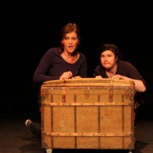 2 conteuses sur scène en planque derrière une malle en osier