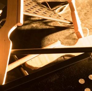 fusil en bois et lutrin dans la lumière
