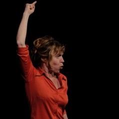 Anne Romain sur scène en train de conter