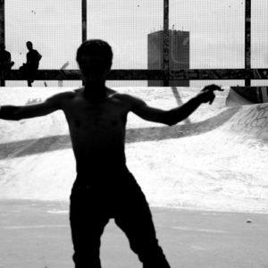 Ombre d'un jeune homme sur un skate park, photo en noir et blanc