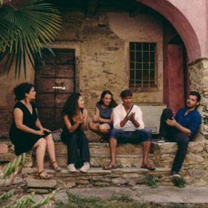 Les membres de Chet Nuneta assis sous un porche