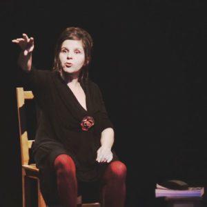 Christine Horman sur scène assise sur une chaise