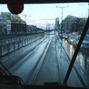photo prise depuis la cabine de conduite d'un tram dans Bruxelles