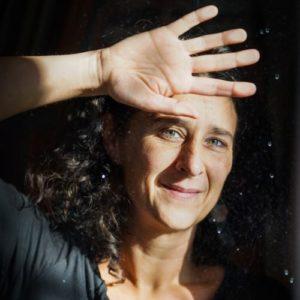 Virginie Komaniecki une main levée pour cacher la lumière