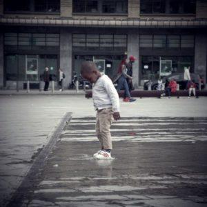 un enfant capture un jet d'eau place Flagey