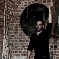 santiago diz parada conte devant un mur en briques