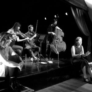 conteurs et musiciens sur scène pendant un spectacle cabaret