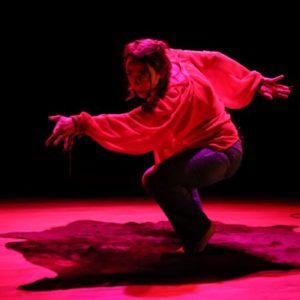 Anne Borlée interprète Baba Yaga dans une lumière rouge