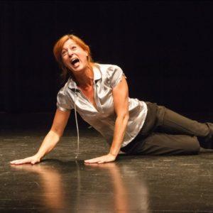 Magali Mineur joue et raconte l'enfant et le prisonnier, allongée par terre