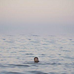 nageuse solitaire au loin par Mia Harvey