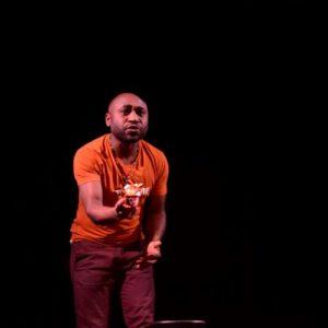 apollinaire djouomou sur scène pour le conte musical Diwazo
