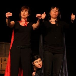 3 conteuses sur scène avec des capes