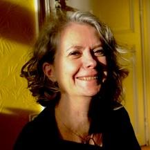Portrait de Zazie Prignon qui sourit sur fond jaune