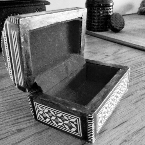 Photo en noir et blanc d'un coffret en bois ouvert, par Rino Noviello
