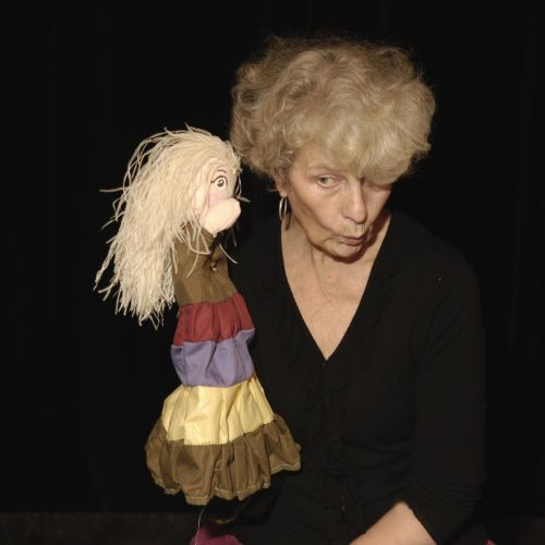 La conteuse Monique Michel avec une marionnette en main