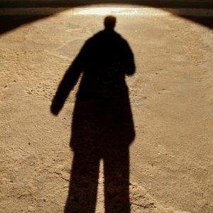 ombre d'une silhouette dans la lumière dorée