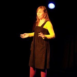 Minuscule Marie-Noelle Baquet conteuse sur scène