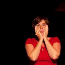 photo de Christine Andrien qui se tient le visage dans les mains, par Rino Noviello