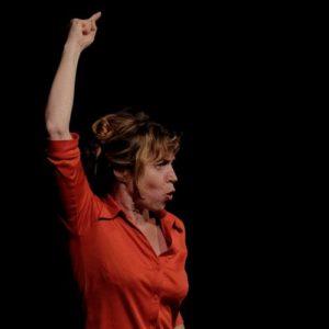 Photo d'Anne Romain racontant Voyage autour du monde sur scène