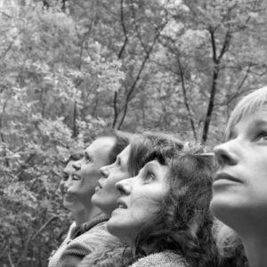 Photo des 4 chanteuses de La Crapaude, en noir et blanc, dans la forêt